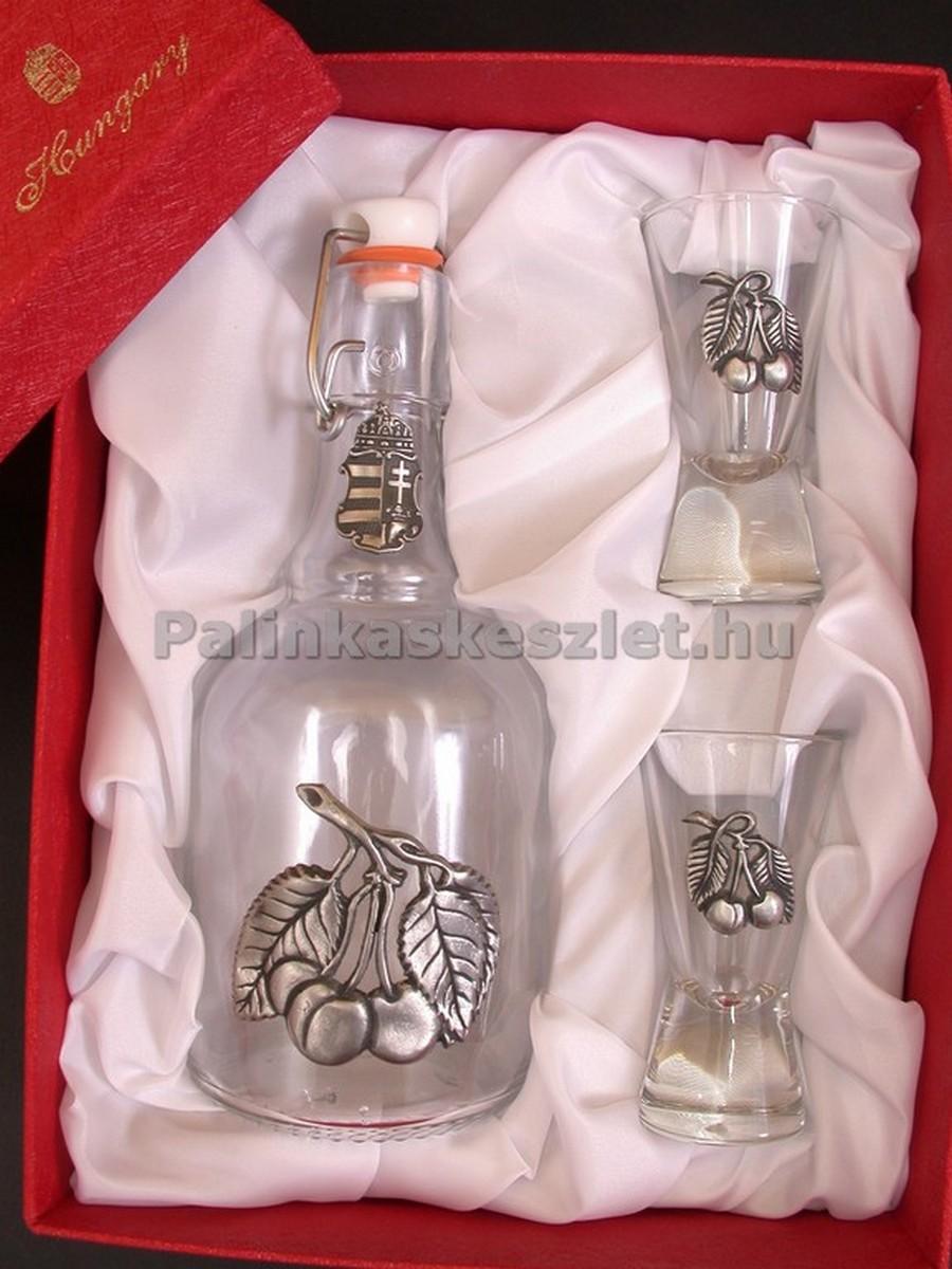 Cseresznye pálinkás készlet csatos pálinkás üveggel, 2 pálinkás pohárral cseresznyét ábrázoló ón verettel díszdobozban.