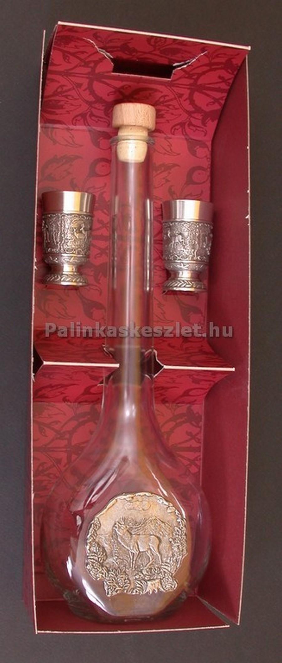 ARTINA pálinkás készlet szarvasbőgést ábrázoló ón verettel díszítve. 1 pálinkás üveg dugóval, 2 ón snapszos pohár  és díszdoboz tartozik a készlethez.