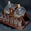 Pálinkás készlet 6 pálinkás pohárral, 2 félliteres csapos pálinkás hordóval, barna, ívelt fa állvánnyal