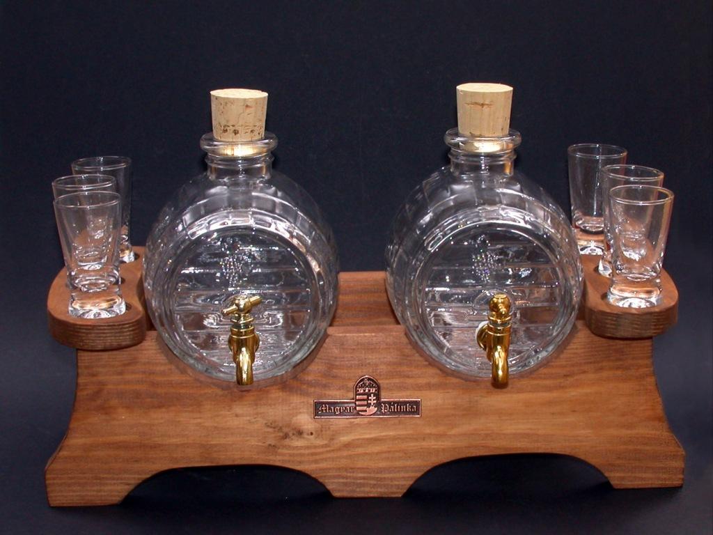 Két pálinkás üveg hat pálinkás pohárral rusztikus dió