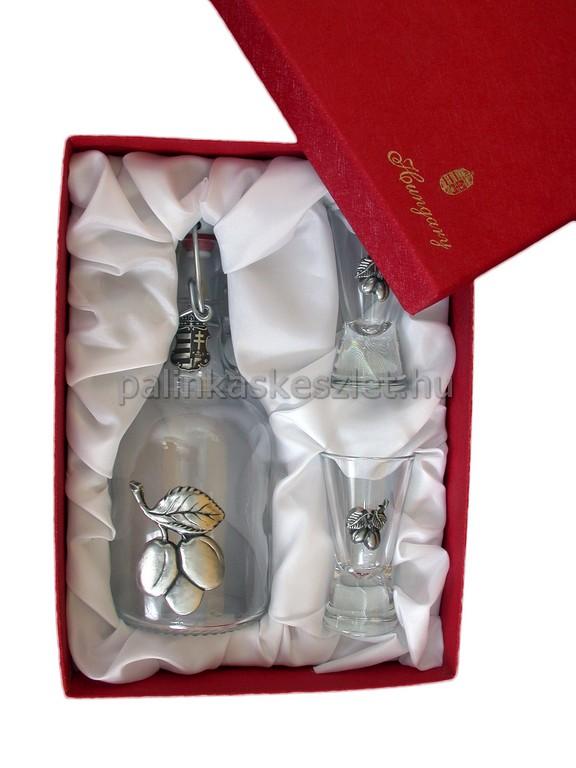 Szilva pálinkás készlet csatos üveggel, 2 pohárral szilva mintás ón verettel díszdobozban