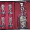 ARTINA törköly pálinkás készlet szőlő mintás ón verettel díszítve. 1 csatos pálinkás üveg, 4 pálinkás pohár és egy díszdoboz tartozik a készlethez.