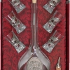 ARTINA pálinkás készlet szarvasbőgést ábrázoló ón verettel díszítve. 1 pálinkás üveg dugóval, 6 pálinkás pohár egy kiöntő és díszdoboz tartozik a készlethez.