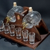 Pálinkás készlet 2 csapos pálinkás hordóval, 6 pohárral, barna színű ívelt fa állvánnyal.