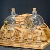 Pálinkás készlet 2 csapos pálinkás hordóval, 6 pohárral, natúr színű égetett mintás ívelt fa állvánnyal.