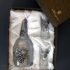 Törköly pálinkás készlet csatos üveggel, 2 pohárral szőlő mintás ón verettel díszdobozban
