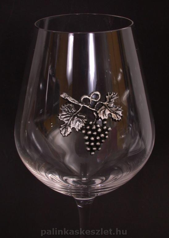 Vörösboros pohár szőlőfürttel díszítve