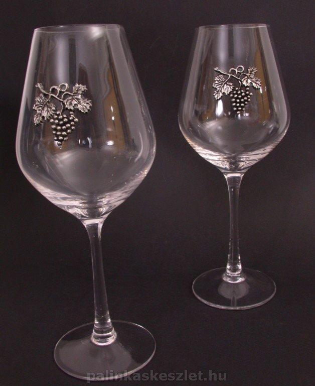 Vörösboros poharak szőlőfürttel díszítve